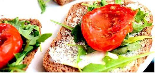 Бутерброды с вялеными помидорами и рукколой