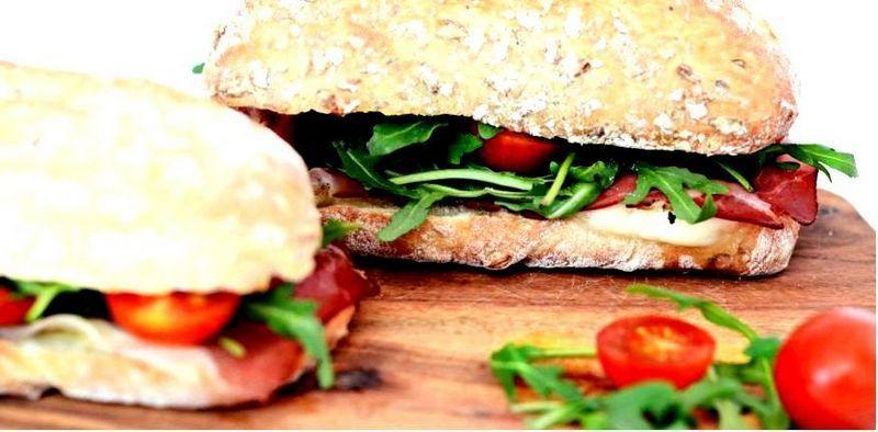 Бутерброды с ветчиной, моцареллой и помидорами