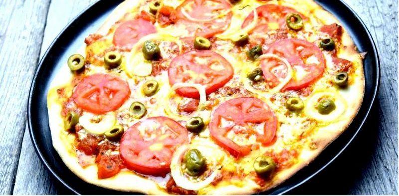 Пицца с помидорами и оливками