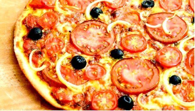 Пицца со свежими помидорами
