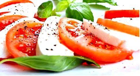 Помидоры с моцареллой или салатом Капрезе