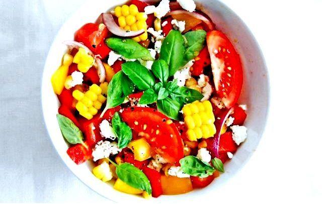 Салат с помидорами, паркой и кукурузой