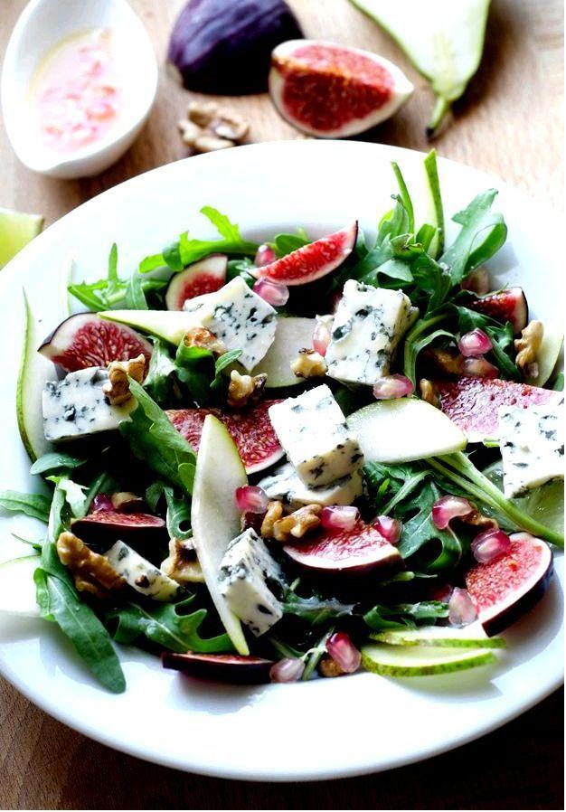 Салат с рукколой, грушей, орехами и другими сокровищами