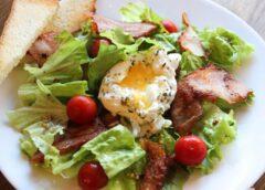 Горячий салат с помидорами и беконом