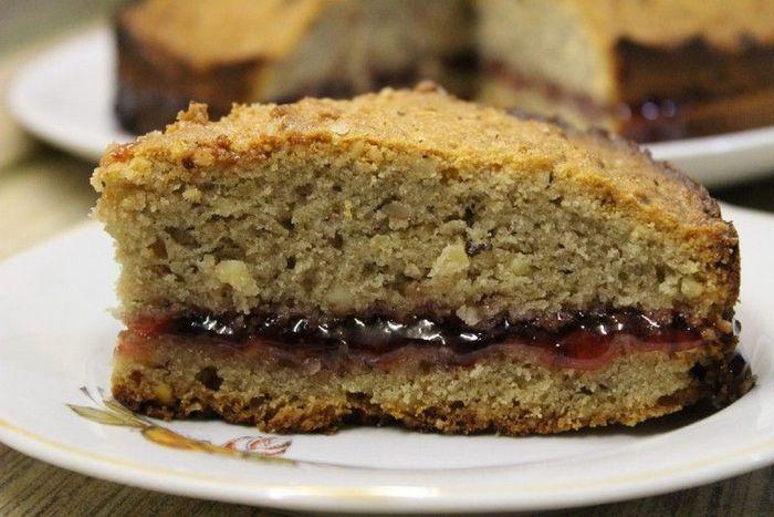 Пирог с черносливом и миндальной крошкой