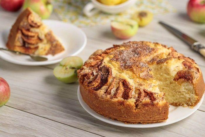 Простой яблочный пирог на бисквите