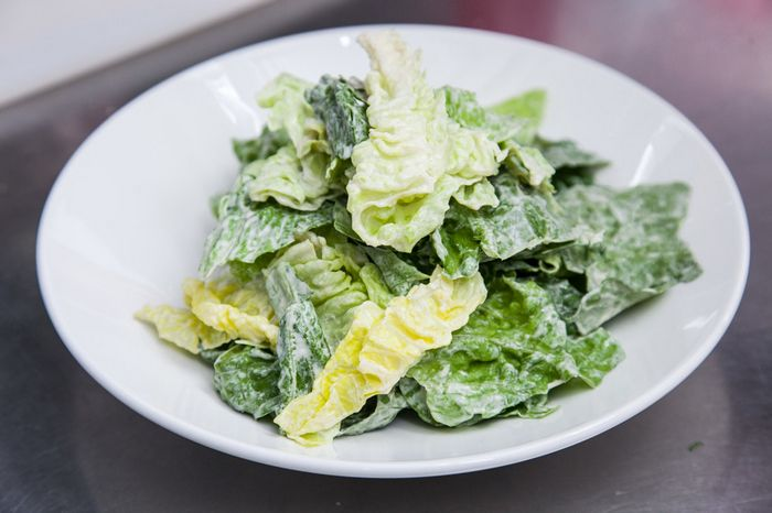 Салат с лососем и гренками