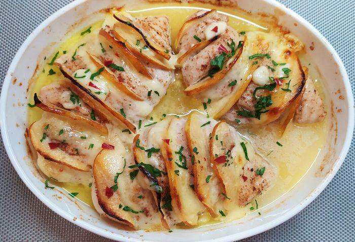 Свиная шейка в соусе с петрушкой силезские кнедлики