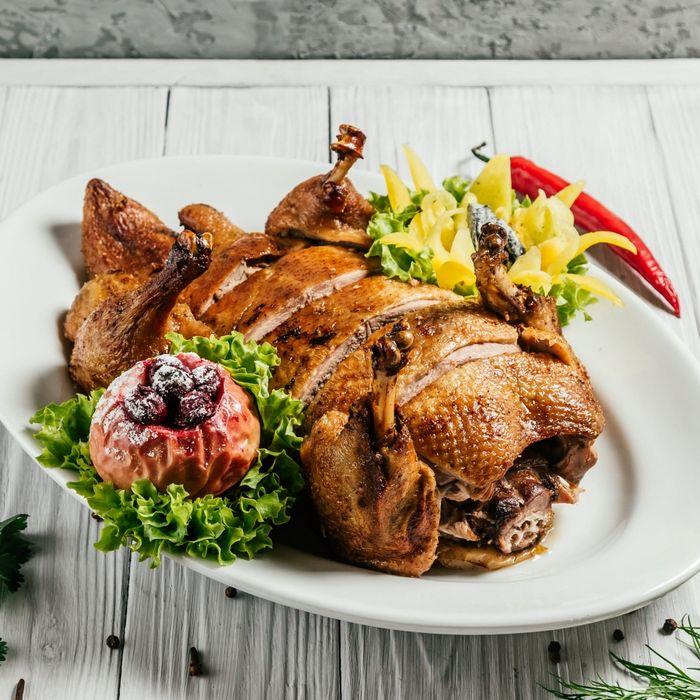 Свиная вырезка в горчичном соусе с булгуром и саатками из маринованных огурцов